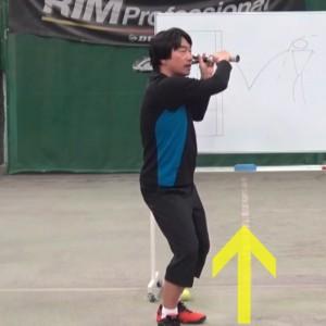 膝の曲げ伸ばしを使って打つ
