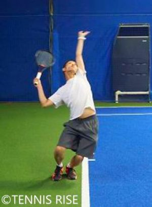 テニスの学校トロフィーポーズ