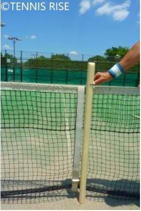 ネットの高さの測り方 スティックの印の位置で高さを合わせる