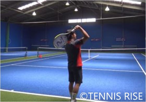 テイクバックした状態から肘と肩の動きを意識して、練習する