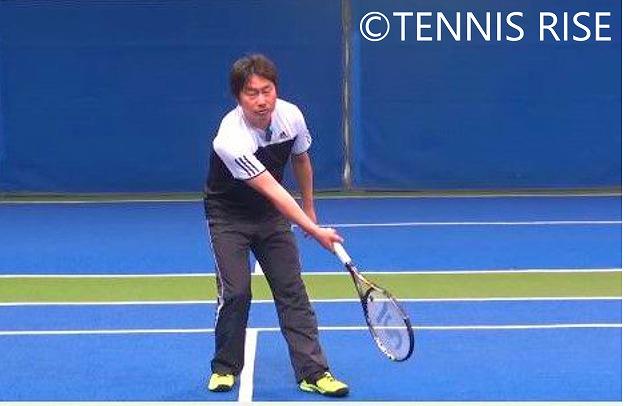 短いボールや低いボールに対して、後ろ足荷重はバランスを崩しやすい